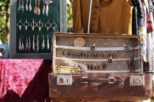 Alter Koffer auf einem Trödelmarkt
