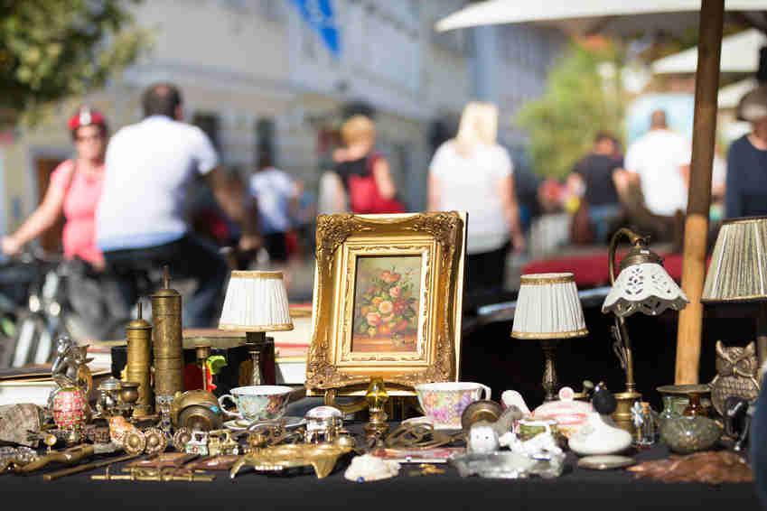 Bild von Flohmarktstand mit Antiquitäten
