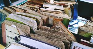 Flohmarkttisch mit alten Büchern