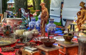 Flohmarkttisch mit Holzfiguren