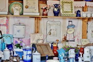 Flohmarkttisch mit Keramikartikeln