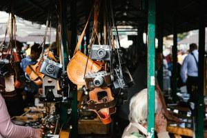 Flohmarktstand mit Kameras