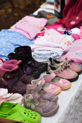 Bild von Kinderkleidung an Flohmarktstand