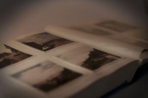 Bild altes aufgeschlagenes Fotoalbum