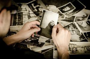 Bild Mann mit alten Bildern