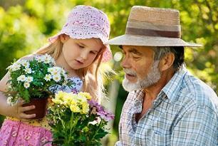 Opa und Kind mit Blumen