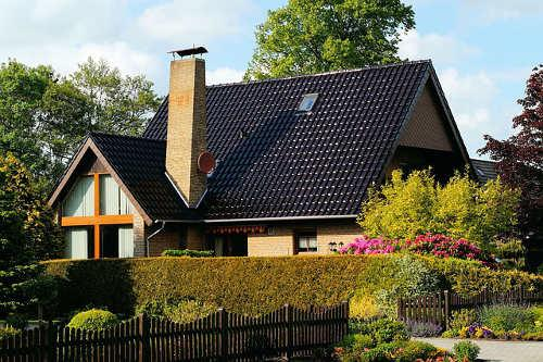 Bild Haus mit Garten und Hecke