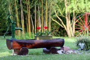 Bild Brunnen Garten Holztrog