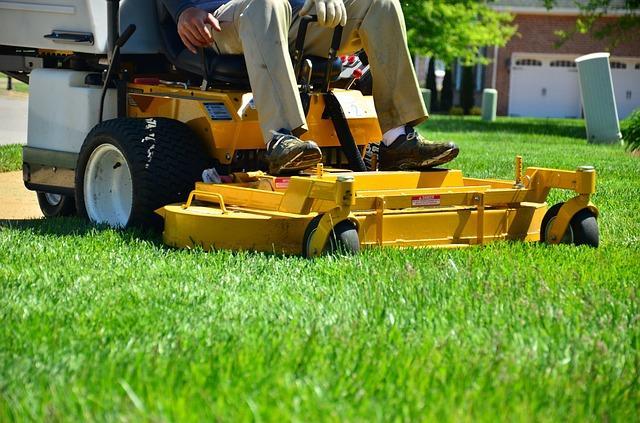 Bild Gelber Aufsitzmäher auf dem Rasen