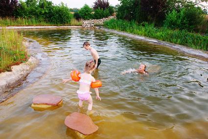 Bild Schwimmteich mit Kindern
