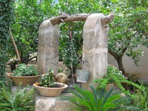 Bild Steinbrunnen mediterraner Garten