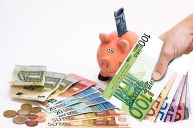 Viele Geldscheine und ein Sparschwein