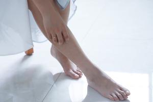 Weibliche Füße barfuß