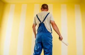 Maler vor einer ungestrichenen Wand