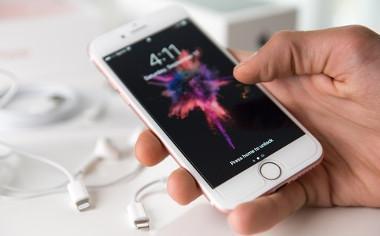 weißes iPhone in einer Hand