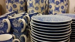 Bild weiß-blaues Geschirr