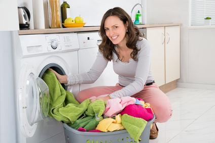 Bild von Frau beim Wäsche waschen