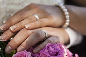 Bild Hände Braut und Bräutigam mit Schmuck