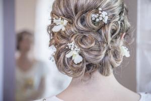 Brautfrisur hochgesteckt mit Blumen