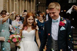 Bild Brautpaar mit Brautkleid und Hochzeitsanzug