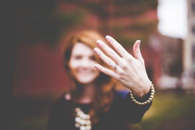 Frau zeigt Verlobungsring