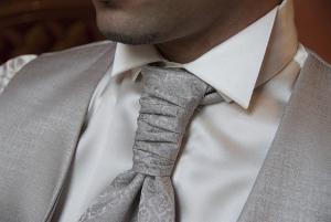 Bild Hochzeitsanzug und Krawatte in Silber