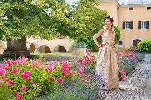 Bild Frau in Hochzeitsdirndl