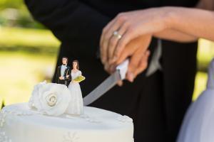 Bild Anschneiden der Hochzeitstorte