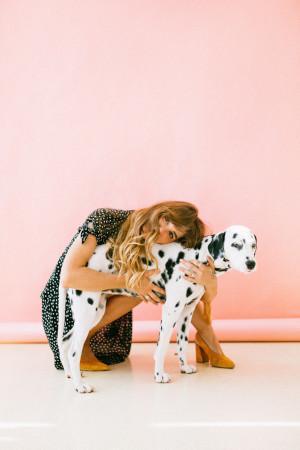 Frau umarmt Dalmatiner