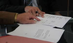 Bild Arbeitsvertrag wird durchgelesen