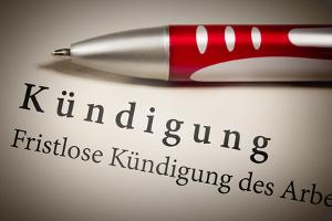 Bild Kündigungsschreiben mit rot silbernen Stift
