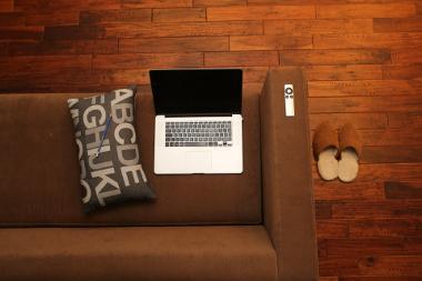 Bild Laptop auf einer Couch