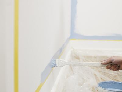 Maler bei der arbeit  Was verdient ein Maler? | markt.de