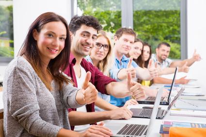 Werkstudenten am Tisch