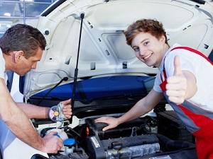 Bild Mechaniker bei der Arbeit