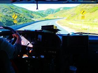 Bild LKW Fahrer bei der Fahrt