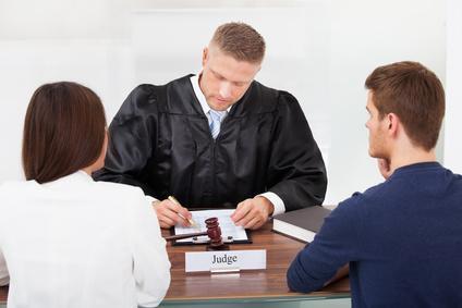Bild Rechtsanwalt sitzt an seinem Schreibtisch