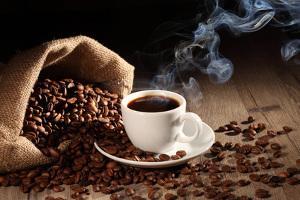 Bild braune Kaffeebohnen mit einer Espressotasse