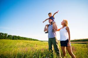 Eltern erleben mit ihrem Kind die Natur