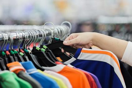 Bild Frauen beim Secondhand Einkauf