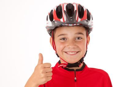 Bild von Jungen mit Fahrradhelm