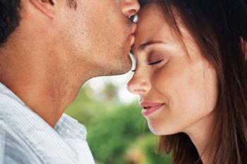 Bild Paar Kuss auf Stirn
