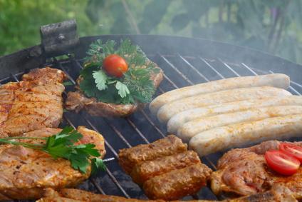 Das beliebteste Grillgut der Deutschen ist eindeutig die Bratwurst, gefolgt vom Steak und Spießen.