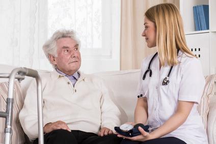Pflegekraft und Senior