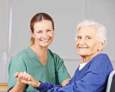 Bild von Altenpflegerin mit Seniorin in Seniorenresidenz
