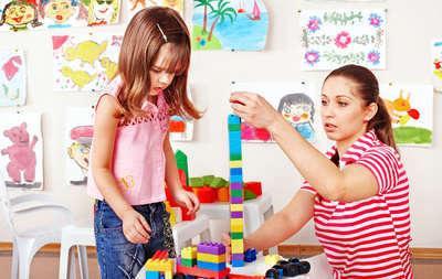 Bild von Babysitter spielt mit Kind