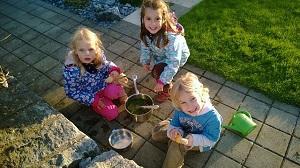 Kinder spielen kochen.