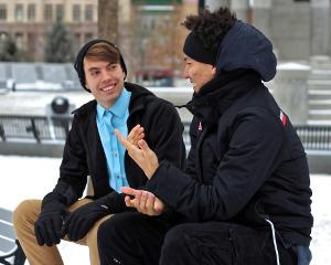 Bild zwei junge Männer unterhalten sich