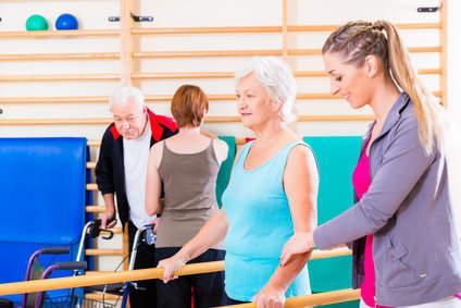 Bild von Seniorin macht Gymnastik