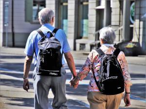 Senioren wandern durch die Stadt